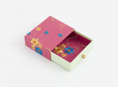 刺繍の入った布を貼り合わせた引出しボックス