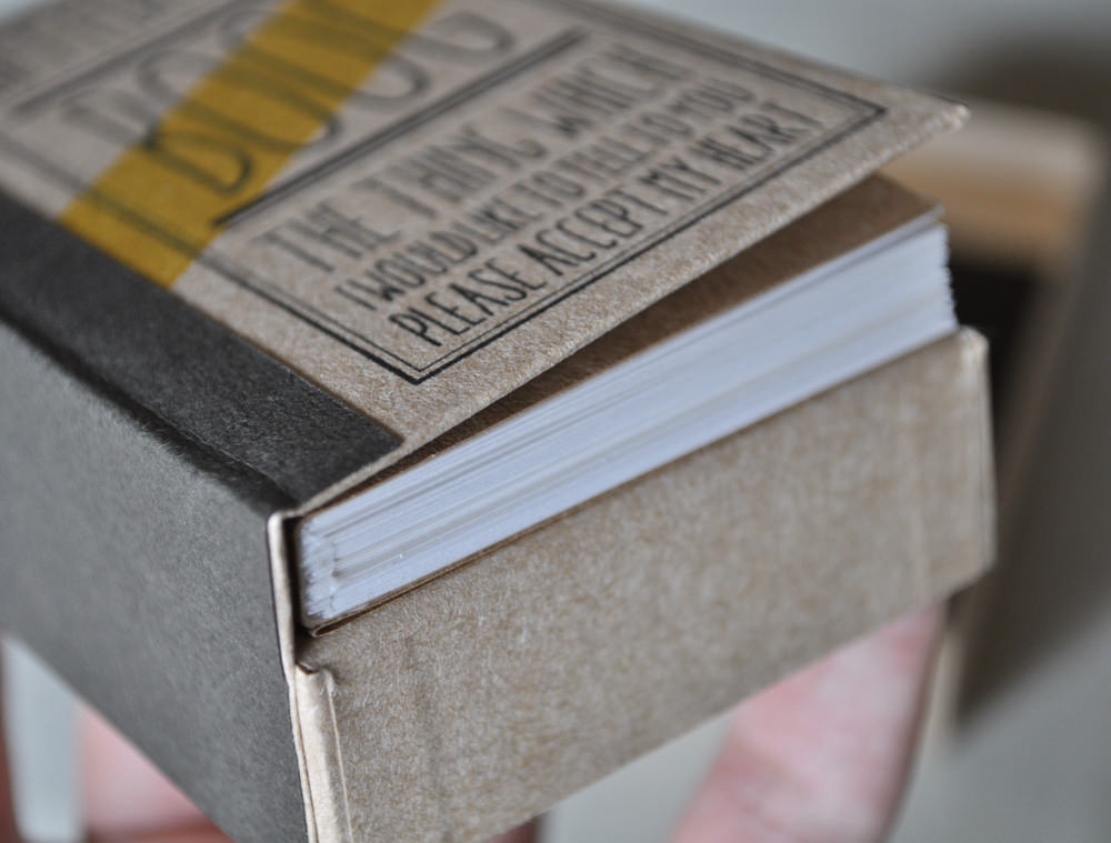 本の背表紙がフタになった箱