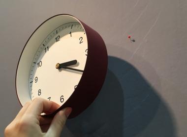 重量が比較的軽いので虫ピン等でも設置が可能です。 壁の材質にあった掛け具をご使用ください。