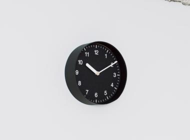 イナフ クロック-ナンバー M ブラック