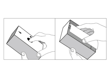 背面の穴から指で写真を押し出し、正面から写真をはめ込みます。写真を守る透明シート付きです。