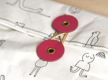 ボタン止めの金具と紐以外、全て国産紙製品です。