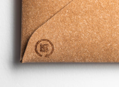 「紙革」のオリジナルロゴを刻印しています