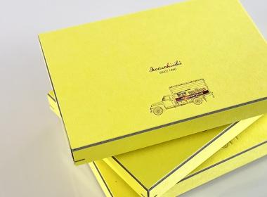 手紙の保管箱としても使える、丈夫な箱に入れてお届けします。
